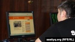 Интернет клубта Азаттық сайтын оқып отырған жігіт. Алматы, 2 мамыр 2012 жыл.