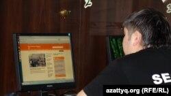 Интернет клубта Азаттық веб сайтына қарап отырған оқырман. Алматы, 2 мамыр 2012 жыл.