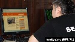 Интернет клубта Азаттық веб сайтына қарап отырған жігіт. Алматы, 2 мамыр 2012 жыл.