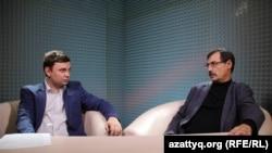 Ведущий программы AzattyqLIVE Вячеслав Половинко (слева) и правозащитник Евгений Жовтис. Алматы, 4 мая 2016 года.