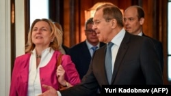 Russian Foreign Minister Sergei Lavrov (right) and his Austrian counterpart, Karin Kneissl (file photo)
