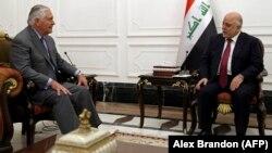 АКШ мамлекеттик катчысы Рекс Тиллерсон (солдо) менен Ирактын премьер-министр Хайдар ал-Абади. Багдад, 23-октябрь, 2017-жыл
