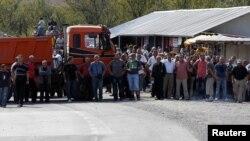 Lokalni Srbi okupljeni u blizini barikada kod prelaza Jarinje, 16. septembar 2011.