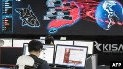 Түштүк Кореянын интернет коопсуздугу агенттиги компьютерлик вирустун тарашына байкоо салып жаткан учур. Сеул, 15-май, 2017-жыл.