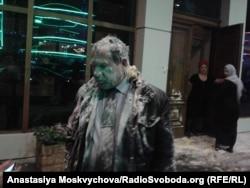 Ігор Каляпін із «Комітету з протидії тортурам» після нападу перед входом у готель «Грозний сіті», 16 березня 2016