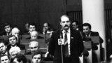 Дэпутат Аляксандар Лукашэнка ў Авальнай залі, 1991 год. Фота Ул. Сапагова