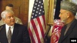 رابرت گیتس وزیردفاع آمریکا در دیدار با حامد کرزای رییس جمهوری افغانستان درباره مقابله با شورشیان طالبان گفت وگو کرد
