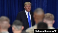 Дональд Трамп перед выступлением на военной базе в Вирджинии.
