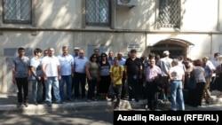 Людзі каля будынку ў Баку, дзе праходзіў суд над Ісмаілавай, жнівень 2015 году