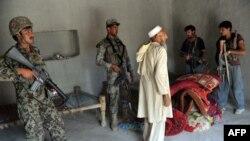 Ооган армиясынын жоокерлери Батикот районундагы операция кезде үйдү тинтишүүдө. Нангархар провинциясы. 17-сентябрь, 2013
