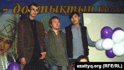Участники молодежного общественного объединения «Новые творческие» представляют свой проект диска с аудиоверсией романа Роллана Сейсенбаева «День, когда рухнул мир». Семей, октябрь 2011 года.