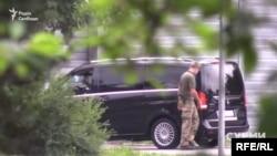Автомобиль из кортежа президента заезжает на закрытую территорию