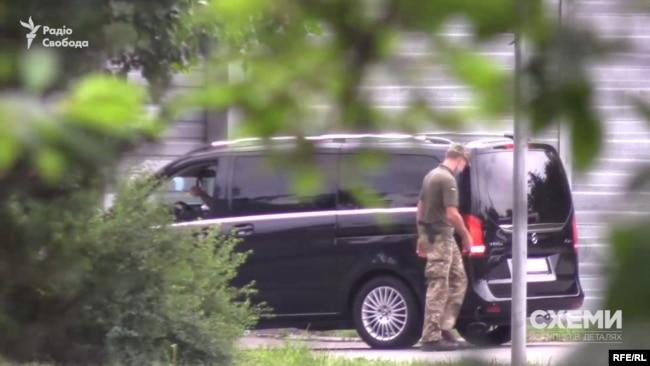 Згодом журналісти помітили, як і авто з кортежу президента заїхали на закриту територію