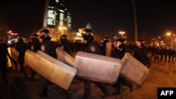 Міліція відокремлює учасників двох мітингів у Донецьку, 5 березня 2014 року