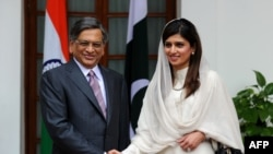 Indian Foreign Minister S. M. Krishna (left) with his Pakistani counterpart Hina Rabbani Khar prior to a meeting in New Delhi