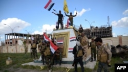 مقاتلون من الحشد الشعبي يحتفلون بالانتصار في تكريت