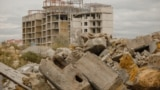 На берегу бухты Омега соседствуют недостроенные апартаменты и свалки мусора