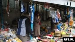 Тезги со текстилни и други производи