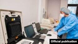 Лаборатория в Алматы, где проводят тест на коронавирус.