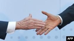 Рукостискання лідерів США і Куби Барака Обами та Рауля Кастро під час саміту обох Америк у Панамі, квітень 2015 року