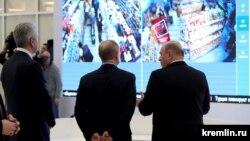 მოსკოვის მერი სერგეი სობიანინი, რუსეთის პრეზიდენტი ვლადიმირ პუტინი და რუსეთის პრემიერ-მინისტრი მიხაილ მიშუსტინიკორონავრუსის(COVID-19) გამო შექმნილ ოპერატიულ შტაბში.