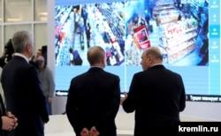 В оперативном штабе по борьбе с коронавирусом: мэр Москвы Сергей Собянин, президент РФ Владимир Путин и премьер-министр Михаил Мишустин (слева направо)