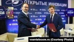 Гендиректор Воентелекома Александр Давыдов (на фото справа)