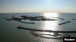 Искусственные острова на нефтяном месторождении Кашаган в Каспийском море. Октябрь 2013 года.