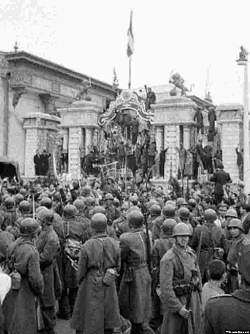 Soldiers surround the parliament building on August 19.