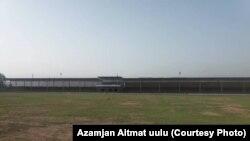 Чоң-Алай айылында курулуп жаткан футбол талаасы.