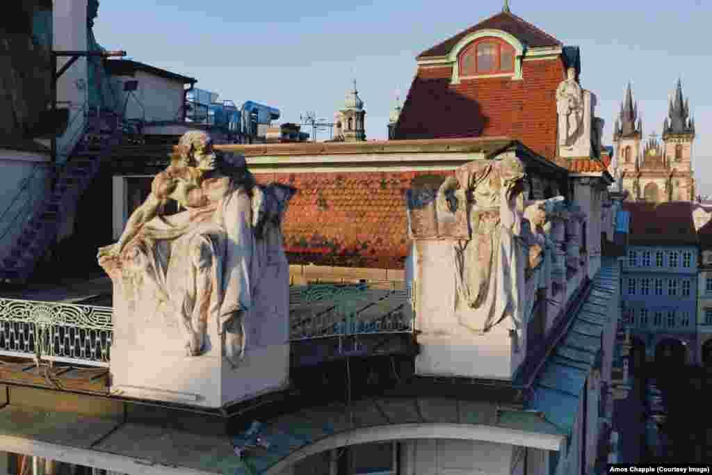 Скулптури на Ладислав Салоун (1870-1946) на един от ъглите на новото кметство на Прага. Салоун е най-известен с мемориала на Ян Хус на Стария площад.