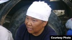 """Роза Тулетаева (в центре), бывшая работница компании """"Озенмунайгаз"""", активистка нефтяников. Жанаозен, июнь 2011 года."""