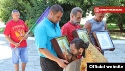 Кримські десантники привезли ікони до Керчі