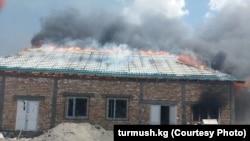 Одно из подожженых зданий в Тогу-Тороуском районе.