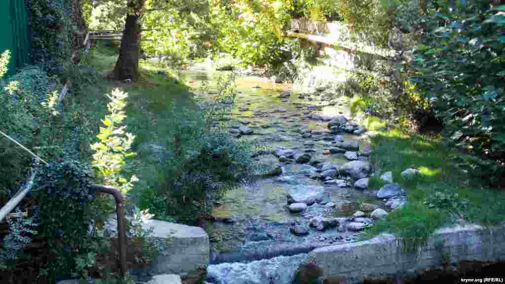 Чим вище за течією річки, тим помітніше, що русло не ремонтували довгі роки, а вода поступово розмиває ще побудовані за «совєтів» каскади на ній