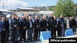 Pjesëtarët e EULEX-it mbajnë një minutë heshtje në Mitrovicë në nderim të kolegut të tyre të vrarë Audrius Senavicius