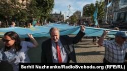 Refat Çubarov qırımtatar bayrağını alıp kete, arhiv fotoresimi
