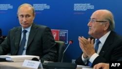Президент Росії Володимир Путін (Л) і президент ФІФА Зепп Блаттер (архівне фото)