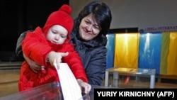Голосування на одній з виборчих дільниць Києва (архівне фото)