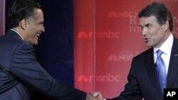 Два кандидата в президенты от Республиканской партии - Митт Ромни (слева) и Рик Перри во время дебатов