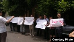 Uzbek rights activists demanded justice for Uzbeks in Kyrgyzstan during a protest in Tashkent today.