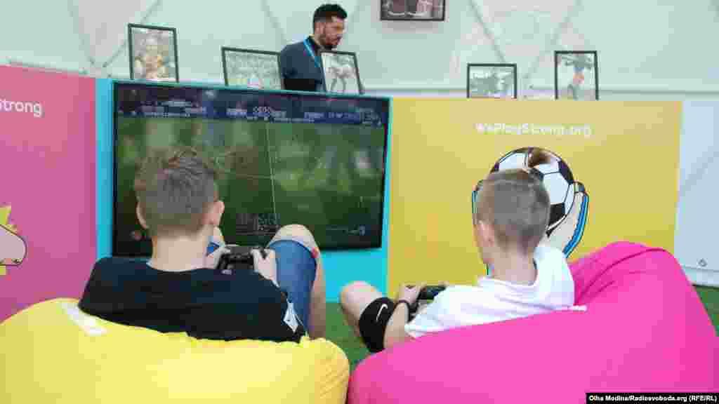 В фан-зоне можно играть в разный футбол. Например, в плейстейшн