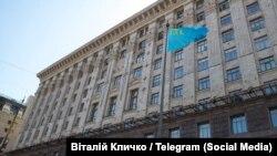 Кримськотатарський прапор біля будівлі Київської міської державної адміністрації, 26 червня 2020