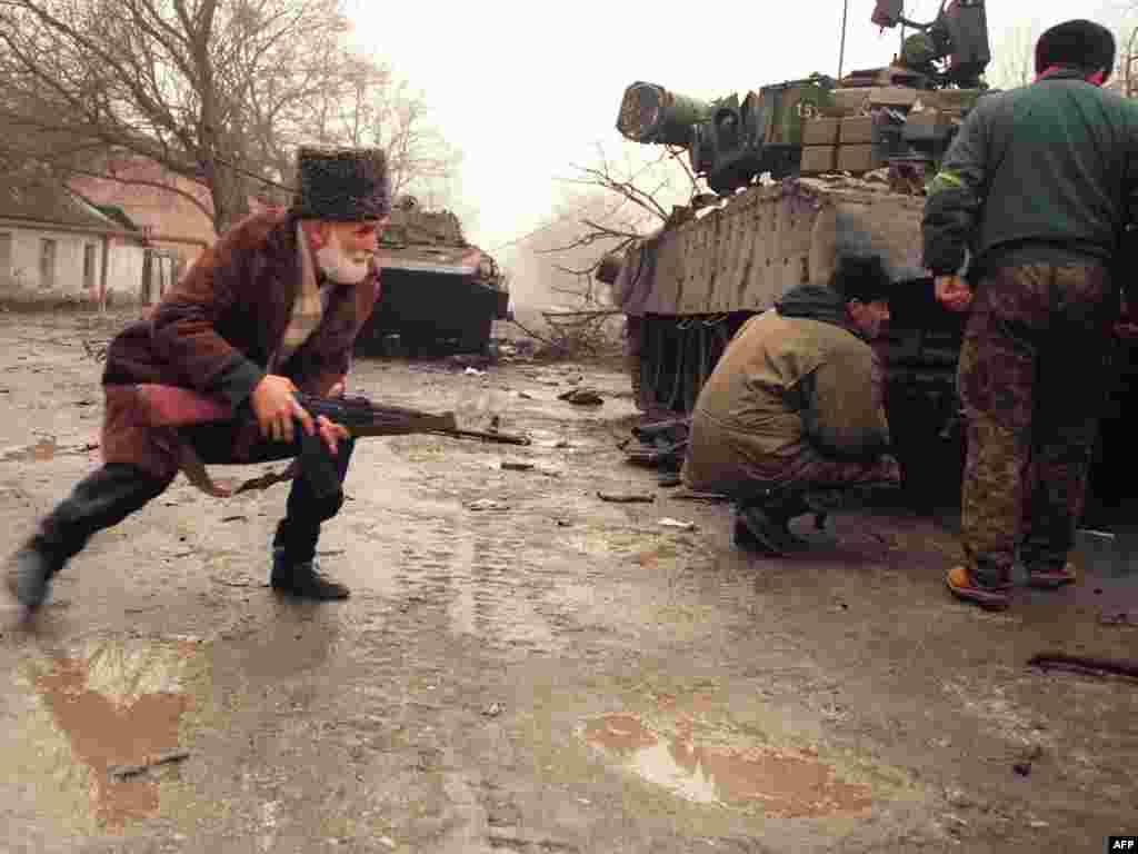 Грозный. Повстанцы прячутся за подбитым танком, 1 января 1995