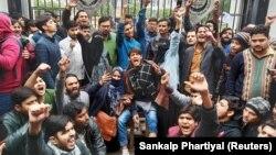 Demonstranti ispred kapija Univerziteta Milija islamija u Nju Delhiju