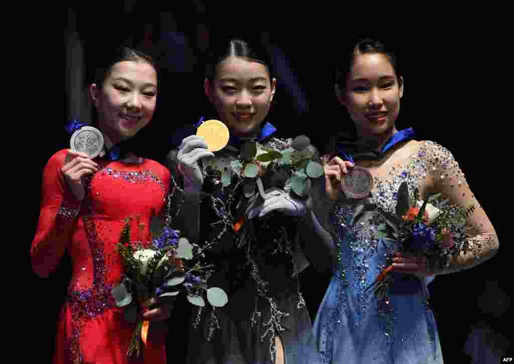 Элизабет Тұрсынбаева (сол жақта), жапониялық Рика Кихира (ортада) және тағы бір жапон Мая Михара (оң жақта) медальдарын алған сәт. Анахайм, АҚШ, 8 ақпан 2019 жыл.