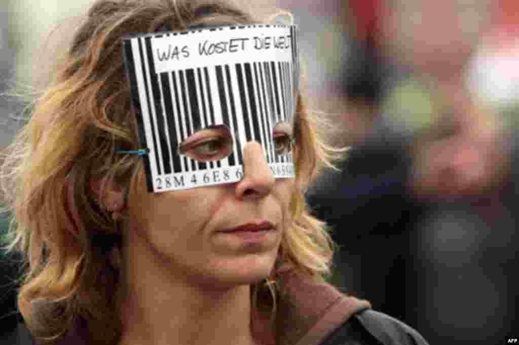 یکی از نمادهای تجارت آزاد بر چهره یک معترض