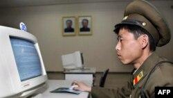 Северокорейский военнослужащий за компьютером, не подключенным к Интернету.