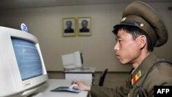 Северокорейский военный за компьютером в библиотеке. Иллюстративное фото.