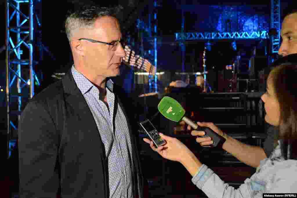 Первый день фестиваля завершился выступлением израильской группыQ2A. Она приехала при поддержке посольства Израиль в Казахстане. ПосолИзраиля Михаил Бродский вкратце рассказал об этой группе журналистам.По его словам, это один из самых ярких музыкальных коллективов вИзраиле.